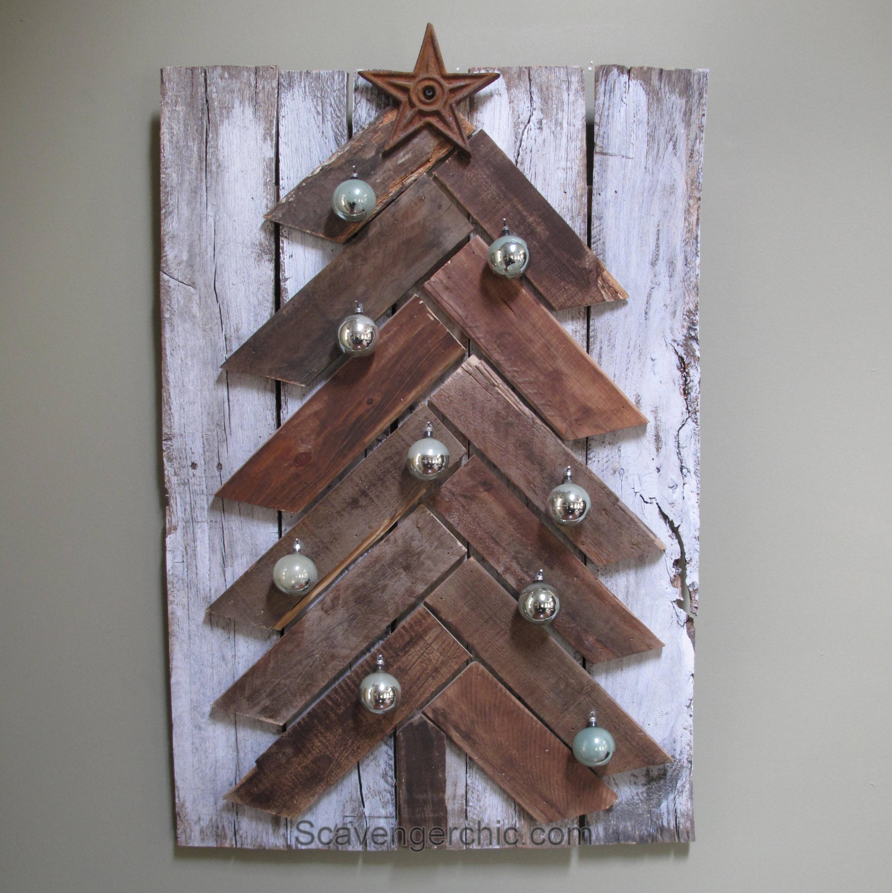 Pallet wood christmas tree diy scavenger chic for Wood crafts to make for christmas